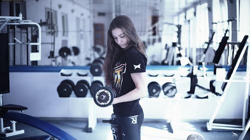 ダンベルトレーニング女性